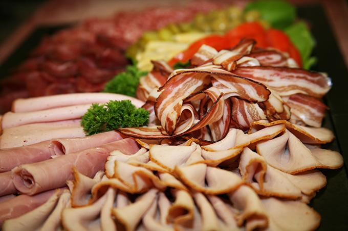 Kalte Platte mit Fleischkäse, Speck, Schinken