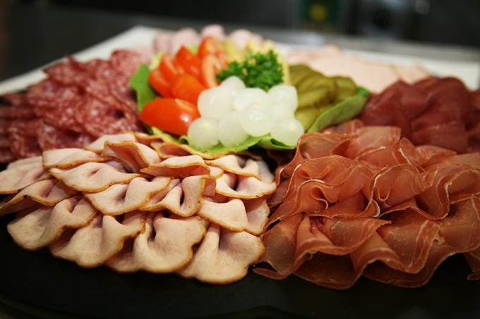 Kalte Platte mit Silberzwiebeln, Fleischkäse, Tomaten